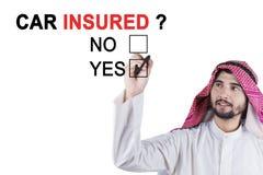 Assurés avec approbation de voiture d'homme d'affaires Arabe Photo stock