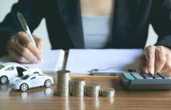 Assurance auto et service de voiture Femme d'affaires avec la pile de pièces de monnaie Photo stock