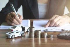 Assurance auto et service de voiture Femme d'affaires avec la pile de pièces de monnaie Images stock