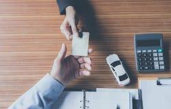 Assurance auto et service de voiture Homme d'affaires avec la voiture de jouet, affaires Photographie stock
