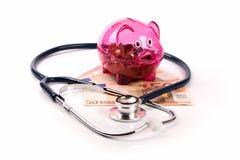 Assurance de soins de santé et concept de budget tirelire avec des stethos photo libre de droits
