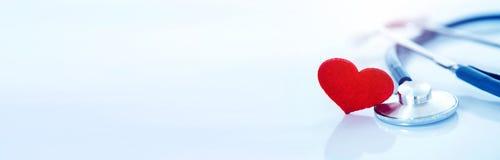 Assurance médicale maladie et concept médical de maladie cardiaque de soins de santé, une forme rouge de coeur avec le stéthoscop image libre de droits