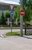 Assurdità, contraddizione dei segnali stradali sulla via della città fotografie stock libere da diritti