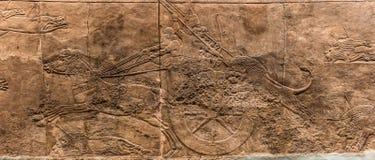 Assyrianblokkenwagen tijdens de leeuwjacht stock fotografie