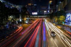Ast e tráfego intenso no centro de Banguecoque na noite Traços dos faróis dos carros imagem de stock