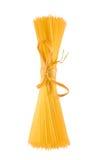 Asta cilindrica di spaghetti, isolata su priorità bassa bianca Fotografia Stock Libera da Diritti