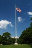 Asta de bandera en campo Foto de archivo