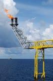 Asta del chiarore sull'impianto offshore in mare aperto Fotografia Stock Libera da Diritti
