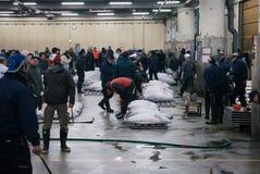 Asta del tonno ed offrire nel mercato di tsujiki Fotografia Stock