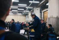 Asta del tonno ed offrire nel mercato di tsujiki Fotografie Stock