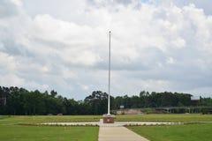 Asta della bandiera a Tennessee Veterans Cemetery a Parker Crossroads immagine stock libera da diritti
