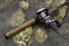 Asta di pesca con la bobina Fotografia Stock