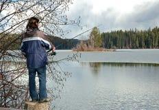 Asta di pesca della holding dell'uomo fotografie stock libere da diritti