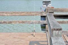 Asta di pesca e casella di attrezzatura Immagini Stock Libere da Diritti