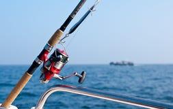 Asta di pesca sulla barca in mare immagine stock