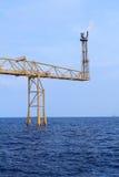 Asta e fuoco caldi del chiarore sulla piattaforma offshore Immagini Stock