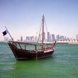 Asta e orizzonte di Qatari Immagini Stock Libere da Diritti