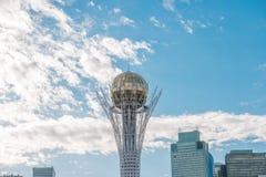 Astaná, Kazajistán - 3 de septiembre de 2016: Baiterek Bola de oro AG Foto de archivo libre de regalías