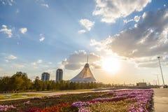 Astaná, Kazajistán - 5 de septiembre de 2016: CEN que hace compras de Khan Shatyr imagen de archivo libre de regalías