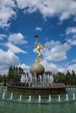 ASTANÁ, Kazajistán 27 08 2016 Fuente con la estatua del color del oro cerca del circo Imágenes de archivo libres de regalías