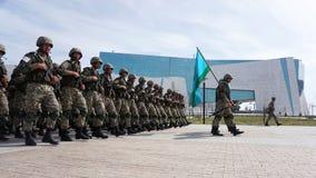 Astaná, Kazajistán, - mayo, 2, 2015 Soldados del ejército de Kazajistán en el fondo del Museo Nacional Ensayo abierto foto de archivo libre de regalías