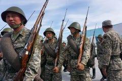 Astaná, Kazajistán, - mayo, 2, 2015 Soldados del ejército de Kazajistán en forma histórica con los rifles Ensayo abierto del foto de archivo