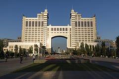 Astana, Καζακστάν, στις 3 Αυγούστου 2018: Σύνθετος των κτηρίων στην εθνική εταιρία KazMunaiGas κατά τη διάρκεια του ηλιοβασιλέματ στοκ φωτογραφία