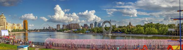 ASTANA, ΚΑΖΑΚΣΤΆΝ - 3 ΙΟΥΛΊΟΥ 2016: Ανάχωμα του ποταμού Ishim στοκ φωτογραφία με δικαίωμα ελεύθερης χρήσης