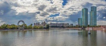 ASTANA, ΚΑΖΑΚΣΤΆΝ - 3 ΙΟΥΛΊΟΥ 2016: Πανοραμική άποψη του ποταμού Ishim στοκ φωτογραφία με δικαίωμα ελεύθερης χρήσης