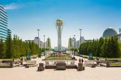 Astana-baiterek linke Bank Stockfotos