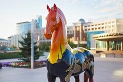 ASTANA, CAZAQUISTÃO - 25 DE JULHO DE 2017: A instalação da arte com figuras dos cavalos pintados no ornamento étnico diferente imagens de stock royalty free