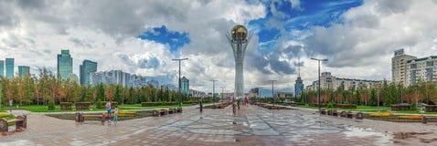 ASTANA, CAZAQUISTÃO - 2 DE JULHO DE 2016: Torre Baiterek da vigia imagens de stock royalty free