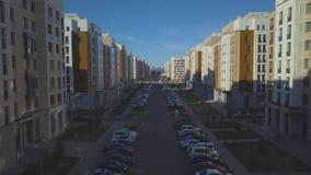 Astana, Cazaquistão - 8 de julho de 2018: Uma rua de uma área quieta no meio das construções modernas vídeos de arquivo