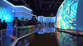 ASTANA, Cazaquistão - 10 de junho de 2017: Pavilhão da expo do russo com a tela futurista com conceito futuro da energia video estoque