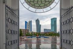ASTANA, CAZAQUISTÃO - 28 DE JUNHO DE 2016: Vista dos arranha-céus do arco da entrada da mesquita Nur-Astana Imagens de Stock
