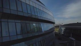 Astana, Cazaquistão - 19 de setembro de 2018: O céu é refletido na fachada de vidro da construção filme