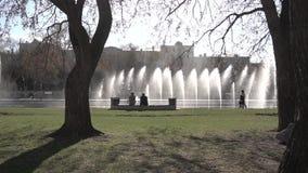 astana huvudstadsspringbrunn kazakhstan footage gå för parkfolk Springbrunnen i stad parkerar på varm sommardag Ström av vatten,  arkivfilmer