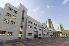 Astana, il Kazakistan, il 2 agosto 2018: Distretto aziendale con le case moderne dei ministeri nel centro di Astana, il Kazakista fotografia stock