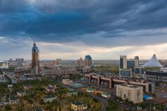 ASTANA, il KAZAKISTAN - 25 agosto 2015: Vista di sera dalla cima su un quadrato rotondo con la torre complessa di trasporto e fotografia stock libera da diritti