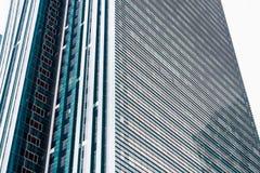 ASTANA, IL KAZAKISTAN - 26 APRILE 2018: dettagli della facciata di un grattacielo moderno fatto del primo piano di vetro e d'acci immagine stock libera da diritti