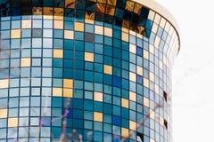 ASTANA, IL KAZAKISTAN - 26 APRILE 2018: dettagli della facciata di un grattacielo moderno fatto del primo piano di vetro e d'acci fotografie stock