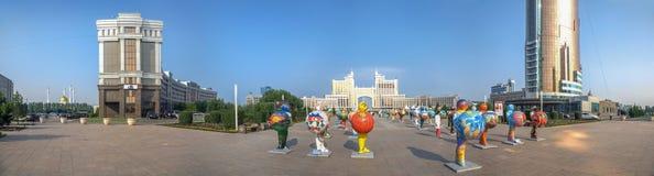 ASTANA, IL KAZAKISTAN - 2 LUGLIO 2016: Panorama di mattina con le figure di plastica Fotografia Stock