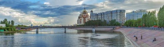 ASTANA, IL KAZAKISTAN - 3 LUGLIO 2016: Vista panoramica del ponte pedonale sopra il fiume Išim fotografia stock
