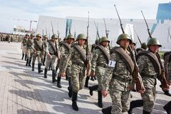 Astana, il Kazakistan, - maggio, 2, 2015 Soldati dell'esercito kazako nella forma storica Ripetizione aperta della parata in onor fotografie stock