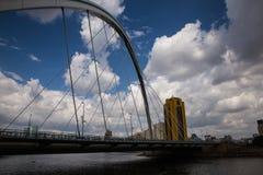 Astana, Kasachstan - 27. August 2016: Karaotkel-Brücke nahe Damm Stockfotografie
