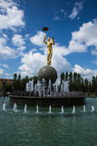 ASTANA, Kasachstan 27 08 2016 Brunnen mit Goldfarbstatue nahe Zirkus Lizenzfreie Stockfotos