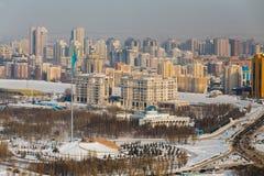 Astana, Kasachstan - Februar 2017 - Bereich von Staatssymbolen mit Flagge der Republik und Palast von Saltanat Sarayy stockfoto