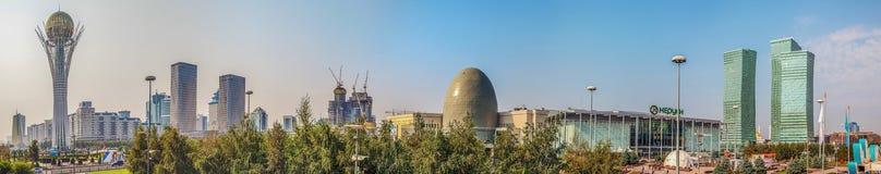 ASTANA, KASACHSTAN - 7. JULI 2016: Morgenpanorama der Mitte des Haupt-Kasachstans Stockfotos