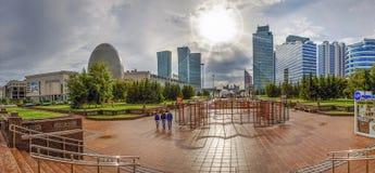 ASTANA, KASACHSTAN - 1. JULI 2016: Panorama des wasser-grünen Boulevards im Sonnenlicht Lizenzfreie Stockfotografie