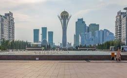 ASTANA, KASACHSTAN - 4. JULI 2016: Wolkenkratzer und Monument Baiterek Lizenzfreie Stockbilder